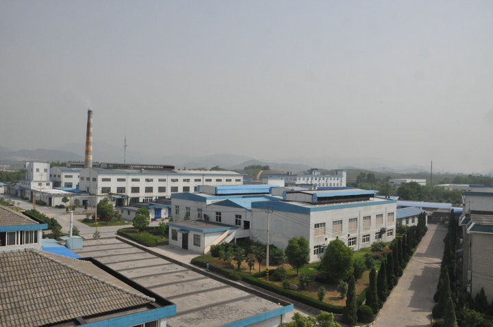 工厂现有燃油蓄热式马蹄焰池窑二座,年生产各种化妆品玻璃瓶1.